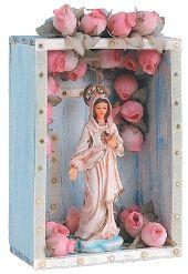 Para o Sagrado coração DE MARIA, Izar Consuelo compôs um ambiente em estilo tradicional- Santa Edwiges, com delicadas rosas champanha, destaca-se sobre o fundo rústico da caixa de Carlos.