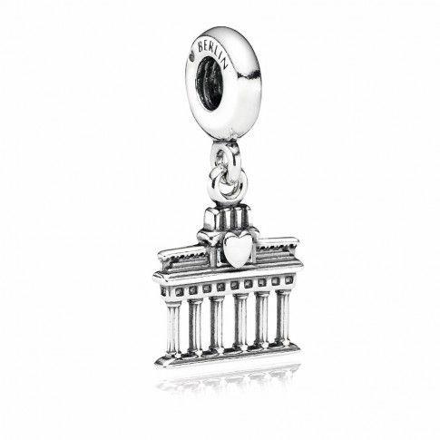 Pandora zilveren Berlijn Brandenburg Tor hangbedel 791081. Stedentripje naar Berlijn gedaan...? Herinner je dan alle leuke momenten met deze Berlijn-hangbedel.