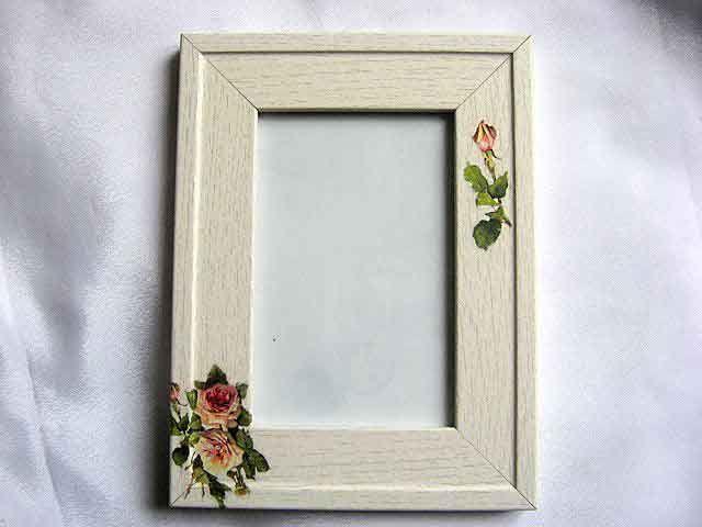 #Rama din #lemn cu #model #floral, rama #fotografii #trandafiri #galbeni / #categorie #produse pentru #casa / pastrare #amintiri / #culori: #galben si #verde http://handmade.luxdesign28.ro/produs/rama-din-lemn-cu-model-floral-rama-fotografii-trandafiri-galbeni-24624/