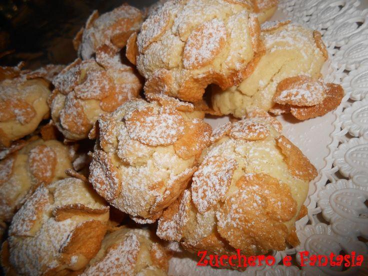 Le Rose del Deserto sono dei dolcetti molto sfiziosi, in cui si unisce il gusto morbido e delicato del biscotto e la croccantezza dei corn flakes che lo av