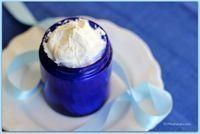 Cette crème hydratante maison réparera en douceur votre peau sèche et abîmée par un long hiver ou au contraire par un été trop sec.