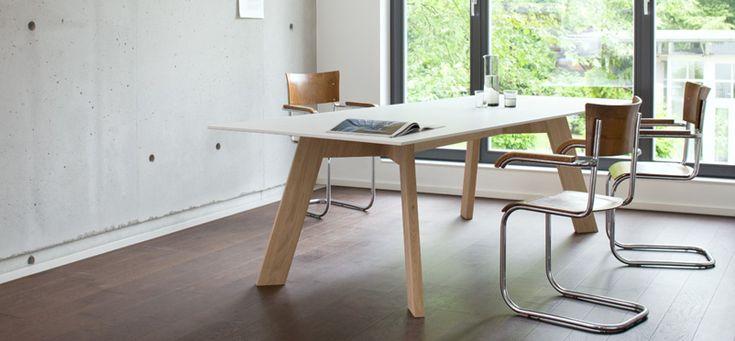 Stół Y Woman to udane połączenie materiału HPL i drewna dębowego. Blat stołu wykonany z HPL, a drewniane nogi, dzięki wykorzystaniu drewna dębowego stanowią solidną podstawę stołu
