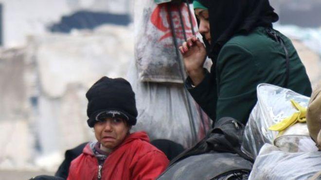 Miles de civiles están atrapados en condiciones cada vez más desesperadas en Alepo, Siria, debido a los desacuerdos sobre un plan para su evacuación.  Los corresponsales en la ciudad describen escenas de gente durmiendo en las calles en temperaturas congeladas con poco o nada de alimentos.  Los retrasos parecen estar causados por un argumento sobre la movilización de civiles de dos áreas controladas por el gobierno en Idlib.