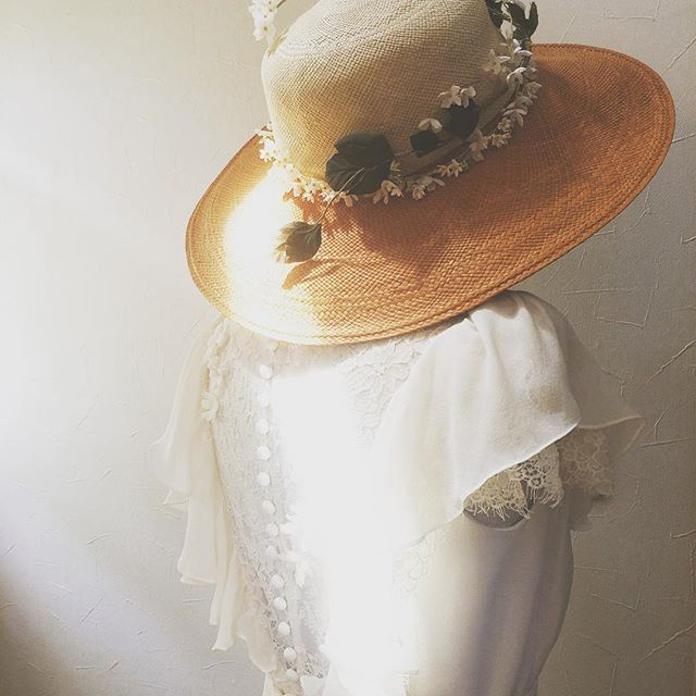 works with silk georgette, leavers lace and handcrafted flowers - a straw hat with handcrafted flowers . #wedding #weddingdress #madetomeasure #bespoke #sesaybridalwearjapan #ウェディングドレス #オーダーメイド #セセイジャパン