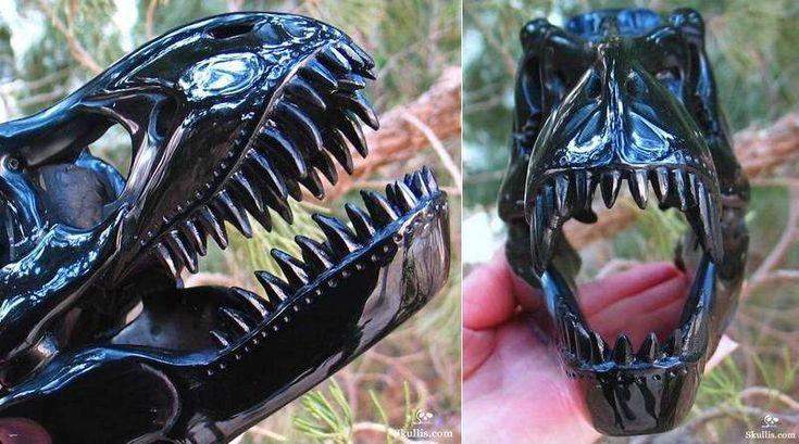 UM CRÂNIO DE TIRANOSSAURO EM OBSIDIANA NEGRA – A réplica perfeita do crânio de Tiranossauro-rex foi esculpida em obsidiana, um tipo de vidro vulcânico de cor negra azulada. A rocha ígnea é ba…