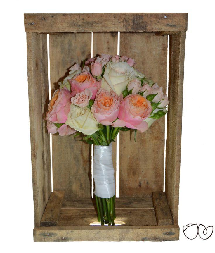 ∞ La parisienne ∞ Elaborado conunas increíbles rosas de jardín en color melocotón y rosa, y acompañado por rosasramificadas en color rosa claro. Un ramo con mucha ternurapara novias románticas, ¡perfecto para coronar tu look de novia!