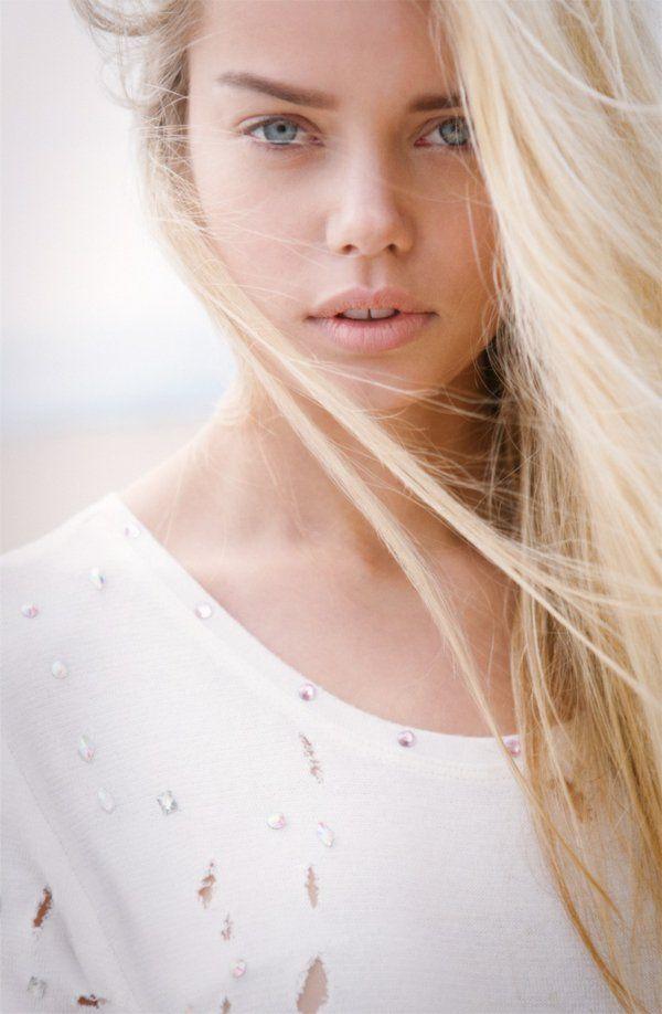 cheveux blonde doré, yeux bleus, levres roses, belle fille