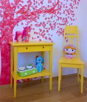 JUVIn auringonkeltainen sivupöytä ja Jugend-tuoli. Lastenhuone. Small yellow table and chair. Kid's room.