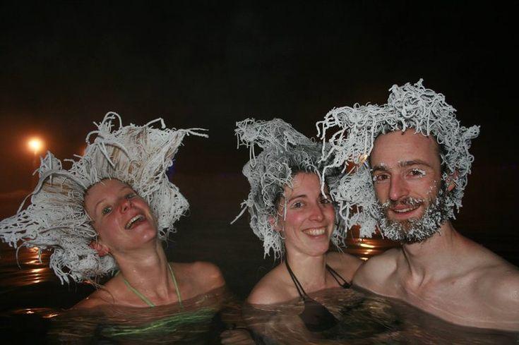 Les sources d'eau chaude de Takhini dans le nord-est du Canada sont le théâtre d'une compétition surprenante. Par -30°C, les baigneurs affichent des coiffures loufoques figées par le givre ! Cette année, des Français ont gagné.