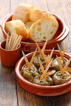 Champinones al ajillo, setas de ajo, plato de tapas españolas