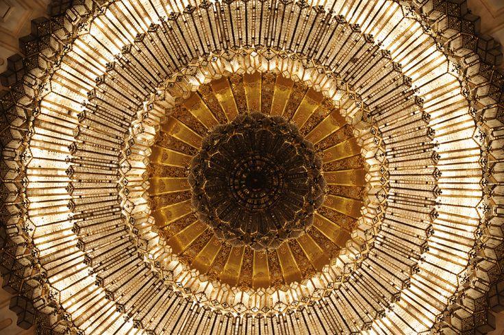 O fotografie datată 4 aprilie 2008 prezintă un candelabru imens amplasat în holul Rosetti din Palatul Parlamentului, în Bucureşti, luni, 4 aprilie 2008. (  Daniel Mihăilescu / AFP  ) - See more at: http://zoom.mediafax.ro/travel/palatul-parlamentului-12828303#sthash.Usjh8v5j.dpuf
