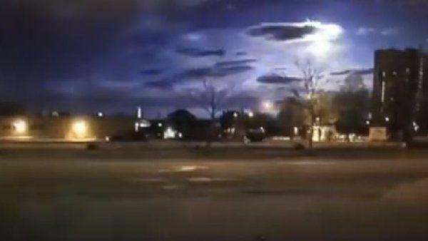 Quello che in principio sembrava essere un avvistamento UFO si è rivelato in realtà il passaggio di un meteorite che ha illuminato il cielo notturno.