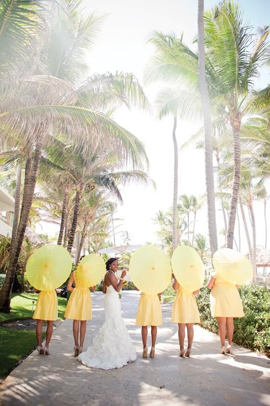 Caribbean wedding inspiration and ideas: Yellow bridesmaid dresses and parasols Mariage tropical