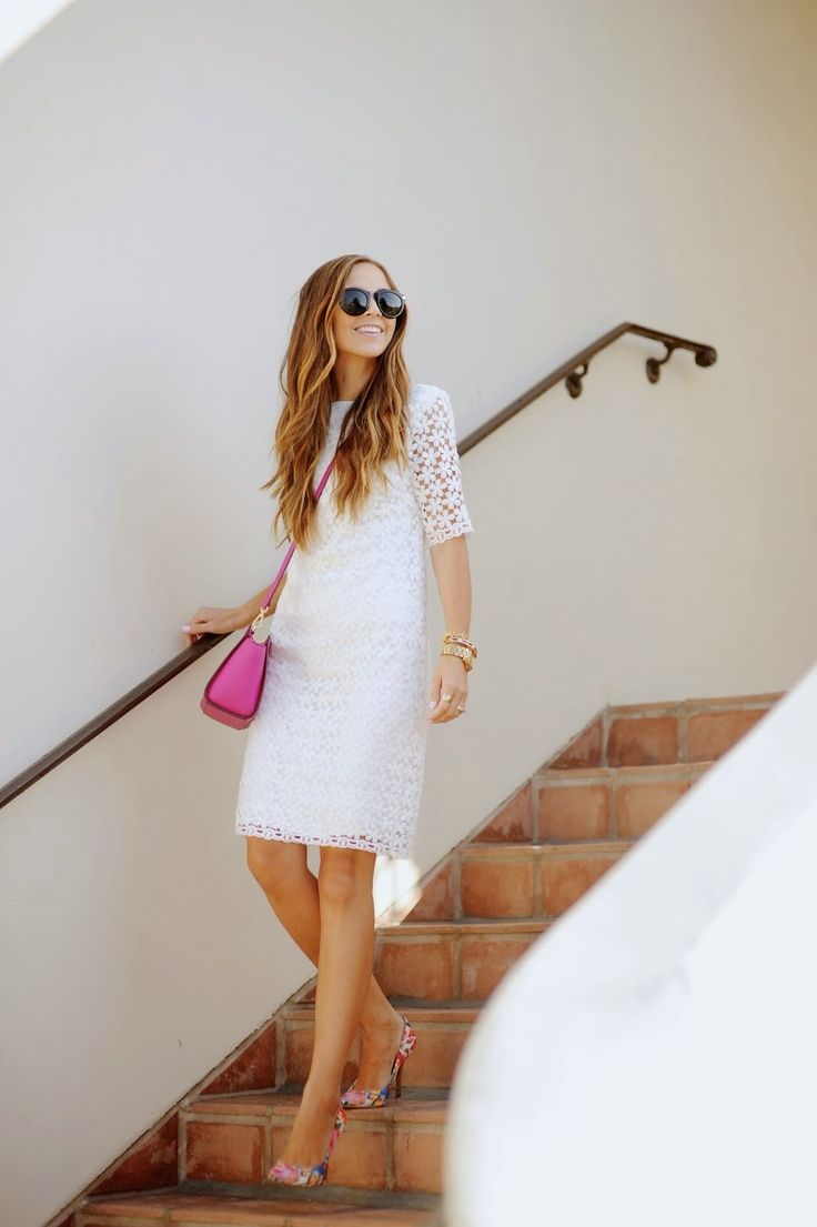 Vestido branco com scarpin e bolsa tiracolo