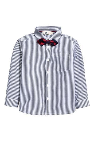 ネクタイ/ボウタイ付きシャツ: コットン織物素材のシャツ。ターンダウンカラーで、フロントボタン。片胸ポケット付き。袖口にボタン付き。シャツとマッチするデザインのネクタイ/ボウタイ付き。タイはプラスチックの留め具付きで、首周りを調節できます。