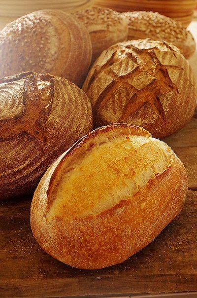Представляете, хлеб, который я пеку чаще всего – это не мой любимый пшеничный цельнозерновой, а белая французская булка! А все потому, что ее любит моя мама, она «подсадила» на этот хлеб своих подружек и соседок, и теперь они при возможности просят и для них испечь. В общем, попались, теперь они во власти этого хлеба и это, я вам скажу, настоящая зависимость, поэтому я отношусь к нему, не как к хлебу, а как к лакомству, которое иногда можно, но не каждый день и понемногу.