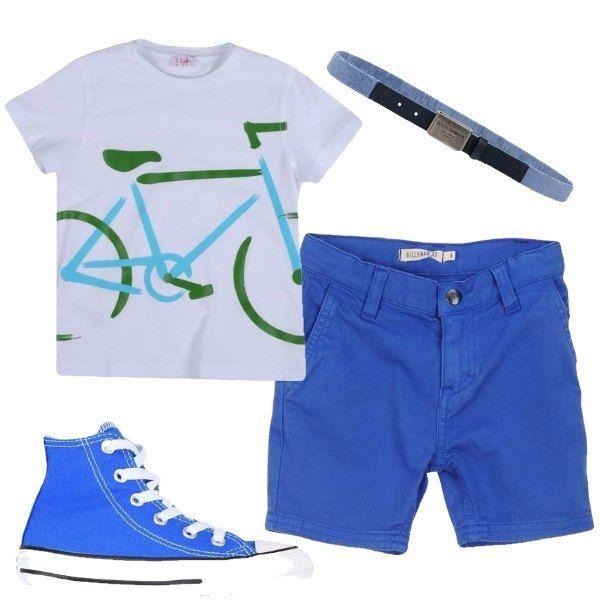 Outfit composto da t-shirt bianca con la stampa di una bicicletta, bermuda blu, sneakers Converse alte di colore blu e cinta sottile di Dolce & Gabbana.