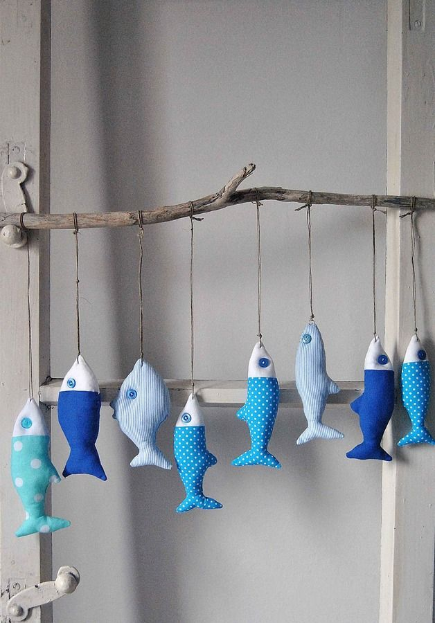 Dekoration aus Baumwolle genäht, mit antiallergischer Silikonfaser gefüllt. Fische (ca. 12 cm) – 8 Stück, an einem 50 cm langen Ast aufgehängt. Höhe etwa 30 cm.  Verwendete Materialien: Holz,...