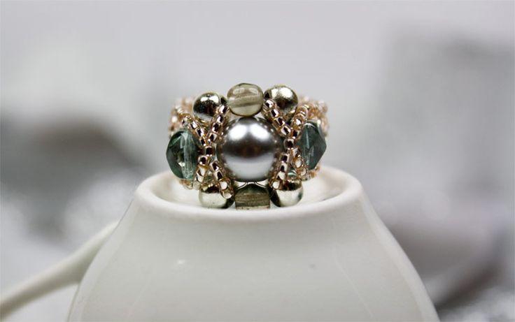 Bildschöne Fingerringe selber gestalten: Mit dieser Anleitung kannst Du Deinen Schmuck aus Perlen einfach selbst basteln. Hier klicken und loslegen.