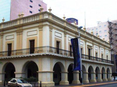 Museo frente a la Macroplaza en Monterrey, México