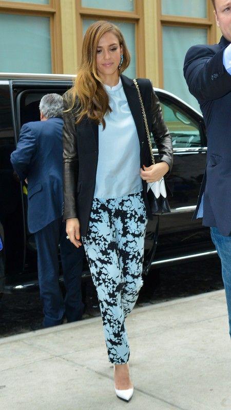 Gwiazdy prywatnie: Jessica Alba w marynarce Michael Kors i z torebką Roger Vivie wdrodze do hotelu, Nowy Jork, fot. East News