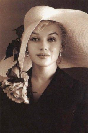 Voilà pourquoi j'aime tant Marilyn Monroe. Cette femme géniale s'est enfoncée dans son jeu de poupée, dans la vie comme dans les films, parce que c'était comme ça qu'elle plaisait. Elle était déjà amochée mais ils trouvaient ça mignon,et ils étaient contents qu'elle ait le rôle d'idiote poupée, alors que personne fait une carrière pareille en étant idiot, et il suffit de lire ses écrits pour voir qu'elle était très futée, mais elle est morte, aliénée par un ensemble de choses