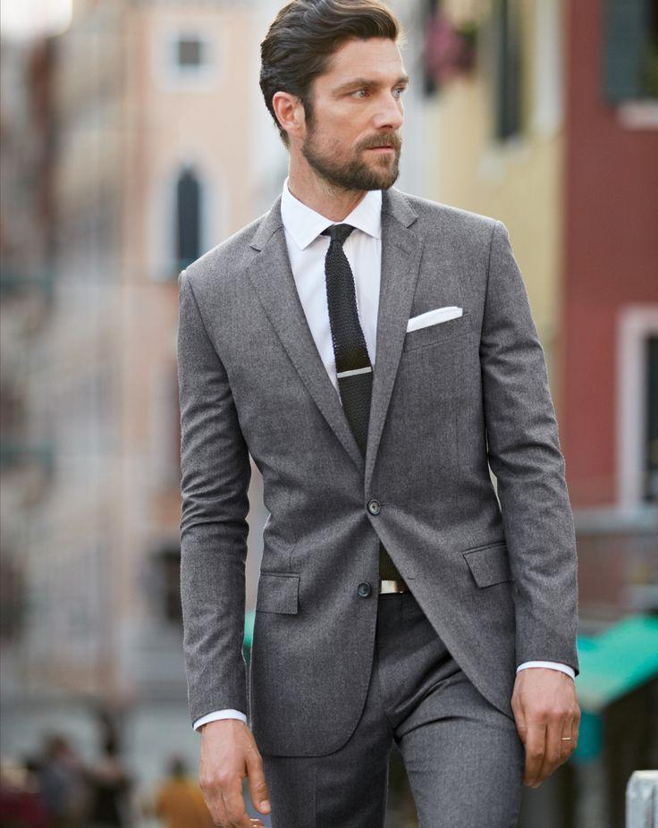 グレースーツ×ブラックニットタイ  カジュアルになりがちなニットタイも、グレースーツと合わせてモノトーンでまとめればシャープな雰囲気に。スーツトレンドはクラシック傾向で幅の狭いラペルがもてはやされるが、あえて細めラペルのスーツを選ぶことで威圧感が少なくフレッシュな印象に。