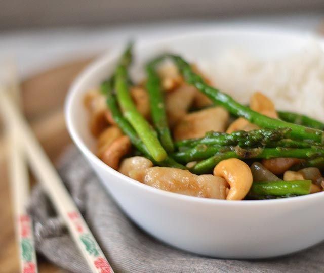 Weer een onwijs lekkere 30-minuten of minder vandaag! Kip met cashewnoten uit de wok. Gezond, lekker, makkelijk en ook nog eens binnen 30 minuten op tafel!