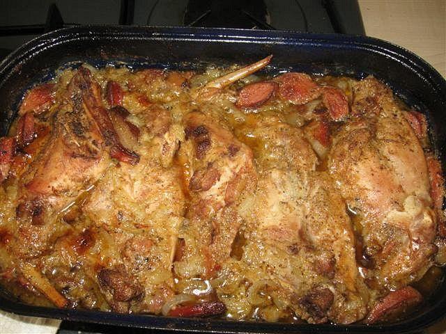 V pekáčku si osmahneme cibulku, špek, salám a česnek, králíka prošpikujeme. Osmahneme na základu, přidáme hořčici, křen, koření a dochutíme...