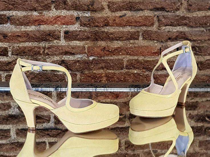 Zapatos hechos en ante color Tulipán y piel Banana.
