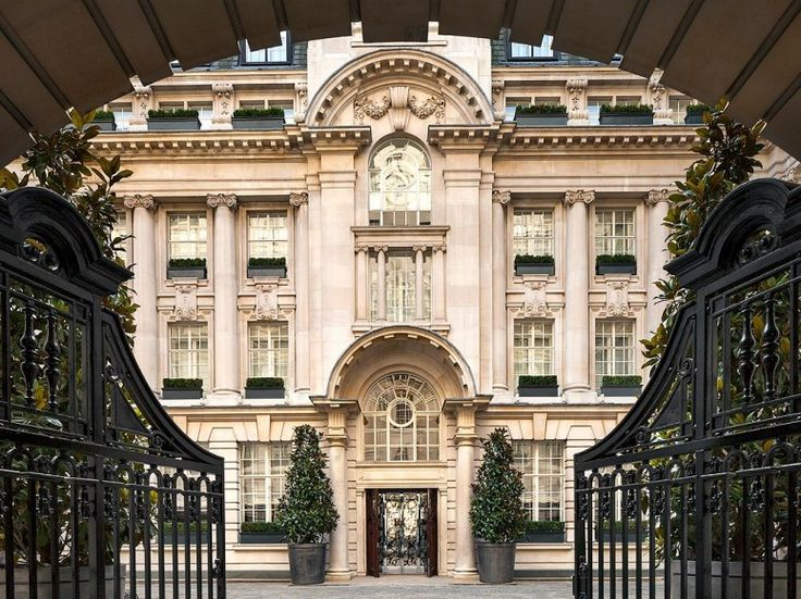 The Rosewood, housed in a stately Edwardian edifice near Covent Garden that was once the offices of an insurance company, elegantly splits the difference between the two London hotel mainstays: the quirky and the stuffy.Read more