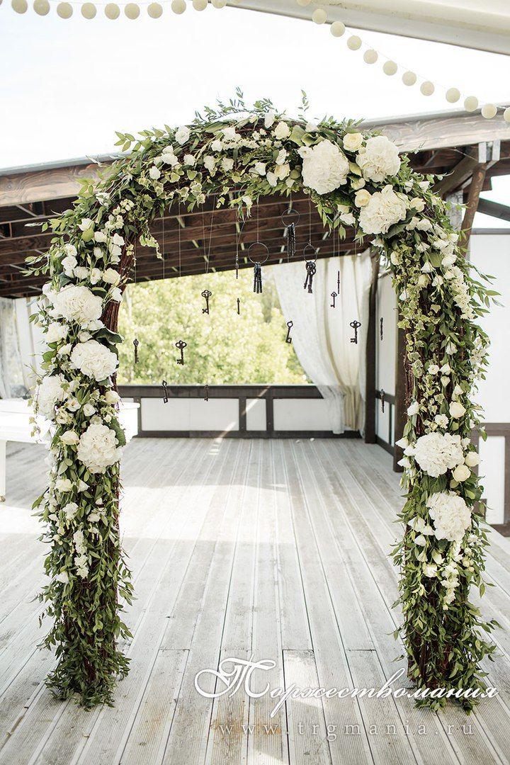 свадебная арка из ветвей, зелени и цветов wedding floral arch decoration