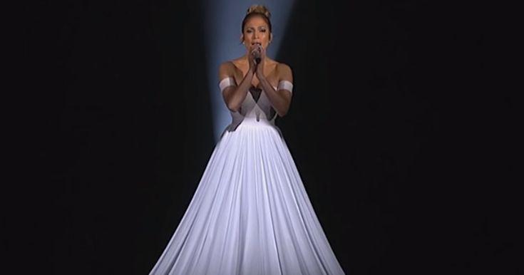 Det ligner en helt almindelig kjole – men se nu når kameraet zoomer ud