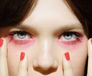 赤シャドウは目が腫れぼったくなるからNGなんてもう古い!今赤シャドウは甘え顔の必須アイテム。使い方を身につければあなたも今日からフェロモン女子。