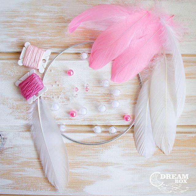 """Набор """"Розовый Фламинго""""🌸 🔹Состав:  Нитки мулине 2-х цветов, металлическое кольцо D 15см, гусиные перья белые и розовые, бисер, пластиковые бусины. 🔸Цена 650руб(доставка оплачивается отдельно) . . #наборловецснов #набор #создайсам #набордлятворчества  #ловецснов #подарок #чтоподарить #творчество #перья #бусины #бисер #арт #искусство #ремесло #упаковка #хранительснов #оберег #талисман #мидас #dreambox #dreamcatcher"""