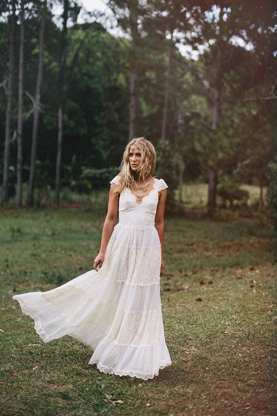 Antique vintage style Cream lace wedding dress lace up back absolutely beautiful, lace cap sleeves.
