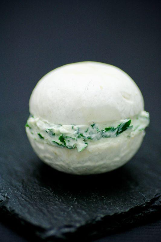 Idée: Macaron de champignons de Paris. Deux chapeaux fourrés de fromage ou Crème…