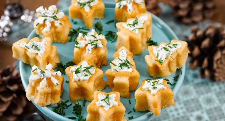 Diese herzhaften Muffins sind ein leckerer Snack, den man gut vorbereiten (und einfrieren) kann. Nur das Käsetopping sollte natürlich frisch aufgespritzt werden. Macht sich super als Fingerfood auf Partys oder Buffets. | http://www.backenmachtgluecklich.de