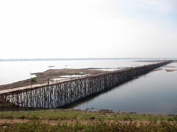 El puente de bambú que cruza el río Mekong hacia Koh Paen es una estructura temporal que se reconstruye cada año. Pertenece a la ciudad de Kampong Cham en Camboya,