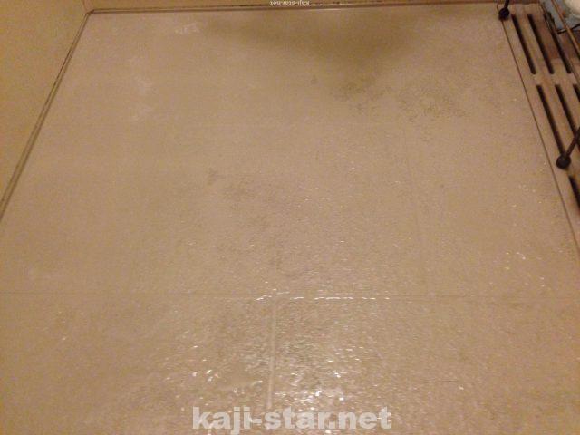 お風呂の床掃除 黒ずみ 茶色 黄ばみ 水垢 汚れの4つの落とし方 風呂そうじ 床掃除 水垢