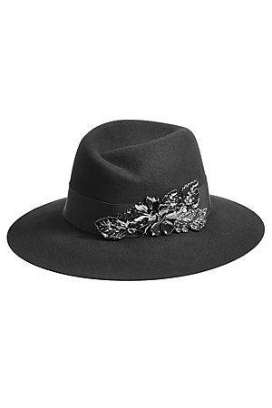 Auf der Suche nach einem Eyecatcher? Der schwarze Hut aus gefilztem Kaninchenfell von Maison Michel glänzt mit einer floralen Metallic-Verzierung und macht so jedes Outfit zum Hingucker #Stylebop