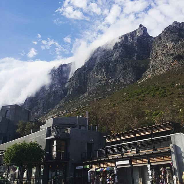 "The ""tablecloth"" creeping over Tablemountain. No cable car rides today  but still a stunning day in Cape Town  #capetown #tablemountain #touristinmyowncity  #lonelyplanet #natgeotravel #traveljunkies #travelinpirations"