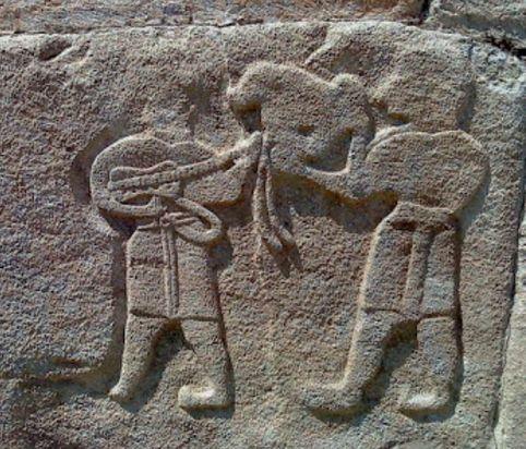 Çorum'un Alaca ilçesine bağlı Alacahöyük beldesinde yürütülen kazı çalışmalarında yaklaşık 3 bin 500 yıl öncesine ait kaya bulan araştırmacılar, bu kaya üzerindeki gitar figürünün bugünkü gitar formatına büyük ölçüde benzediğini tespit etti