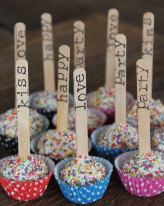 Geef je een #disco feestje, dan passen deze #cakepops daar perfect bij. Als kindertraktatie zijn ze natuurlijk ook heel erg leuk! Klik op de afbeelding voor het #recept. #traktatie: