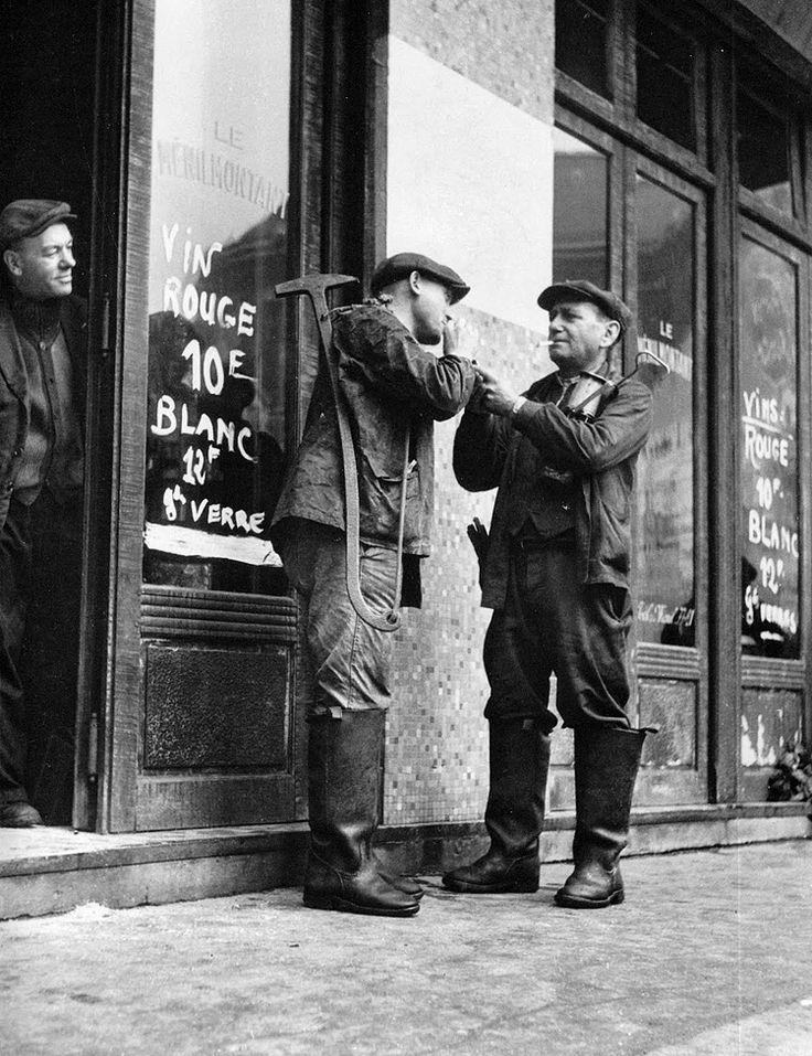 © Willy Ronis. Ouvriers des postes, Belleville