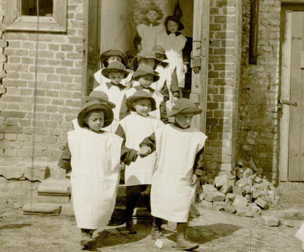 Niños vistiendo abrigos hechos con sacos de harina en un orfanato en Grodno, Polonia