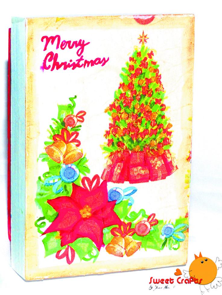 Cajita navideña vintage Con un estilo retro fue decorada esta bonita cajita de madera que contiene dentro chocolates kisses de Hershey´s, perfectos para regalar en esta temporada de compartir. #christmas #box #gifts #pinturacountry #christmasthree #ILoveSweetCrafts Técnica: Decoupage, acrílico sobre madera