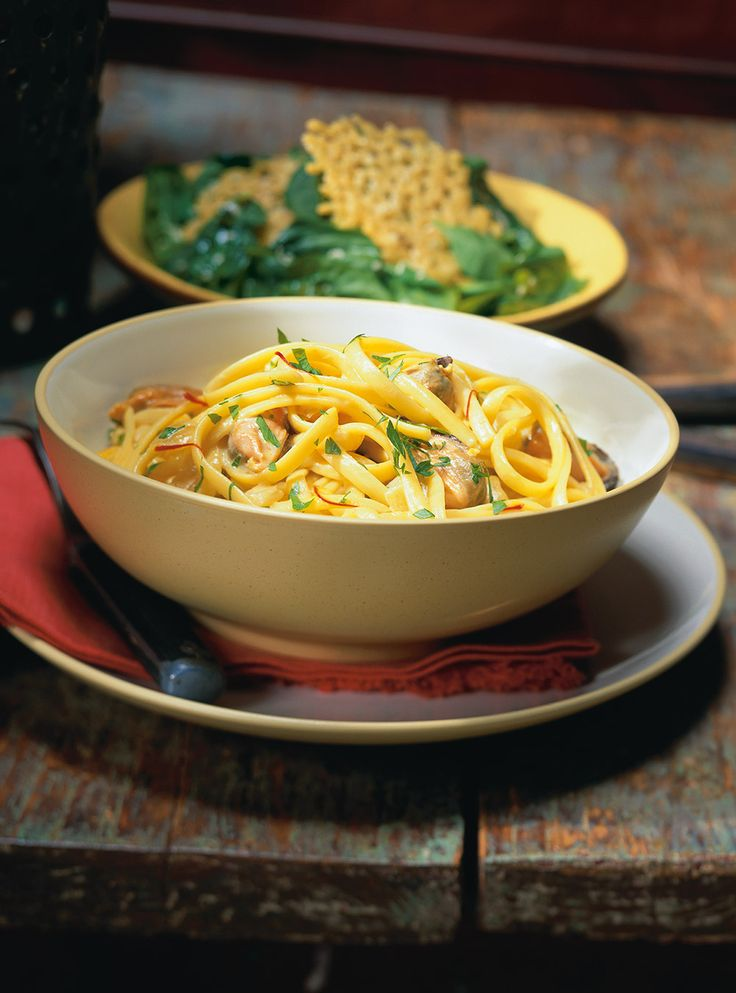 Recette de linguine aux moules safranées de Ricardo. Recette rapide de pâtes aux fruits de mer et épices. Ingrédients: moules, safran, vin blanc, bouillon de poulet, ail, oignon, crème 35%...