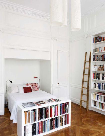 Dans la chambre, le parquet Versailles nu révéle le graphisme du bois - Plus de photos de cet appartement sur Côté Maison. http://petitlien.fr/728i