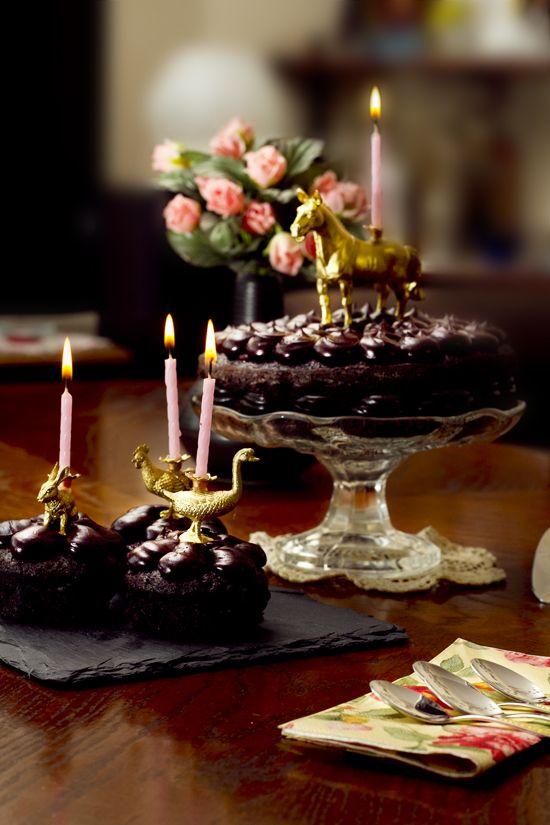Guldsprejade plastdjur som ljushållare på tårtor etc